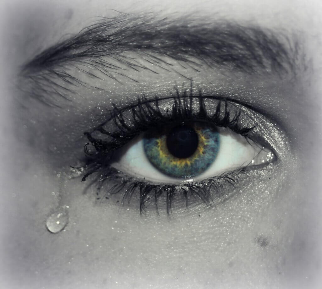 close up van een oog met een traan door emoties blokkeren